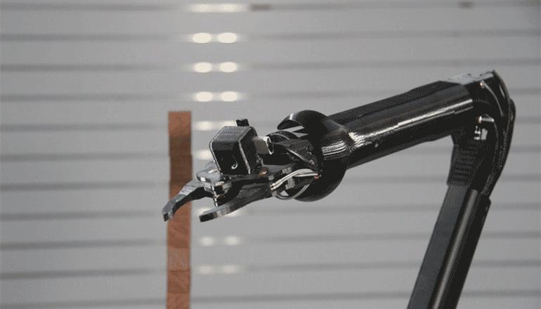 どこからでも簡単い操作できるロボットアーム OPTIO