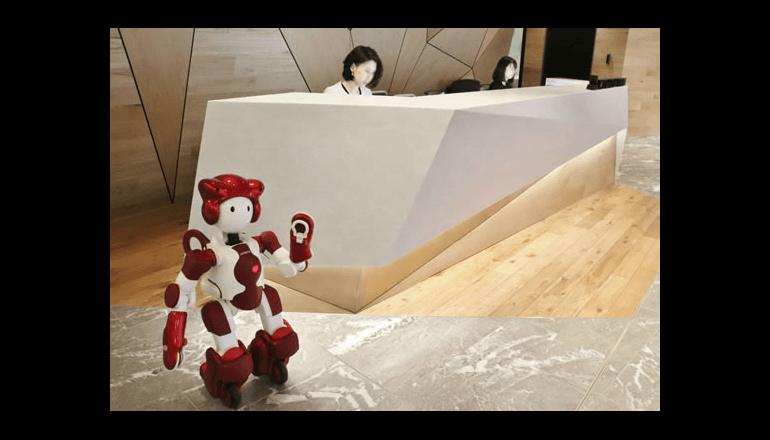 人型ロボットがオフィスをご案内