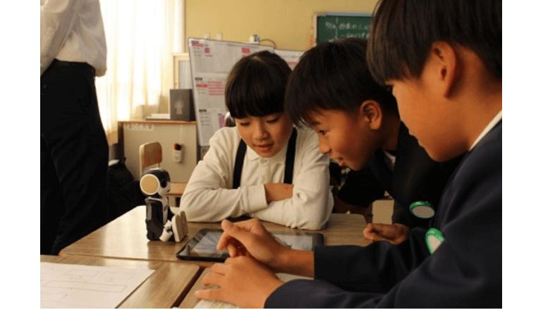 小人型ロボットとプログラミング学習、教えることで学ぶモデルを実証