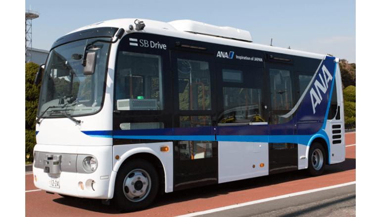 大空港のなかを自動運転バスが行く